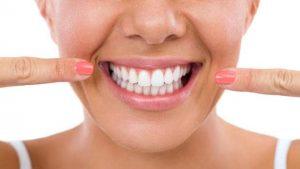 Какво се случва по време на почистване на зъби?
